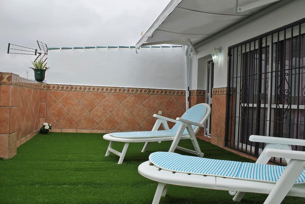 Terraza con toldo que cubre todo este espacio para poder disfrutar de una comida en familia al aire libre y junto al jacuzzy