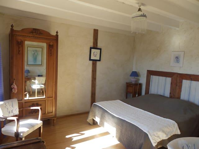 La Verrière chambre de Grand-père - Les Ardillats - Bed & Breakfast