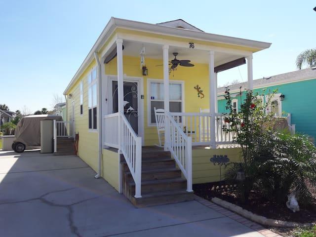 Bright & Cozy Cottage Near Disney
