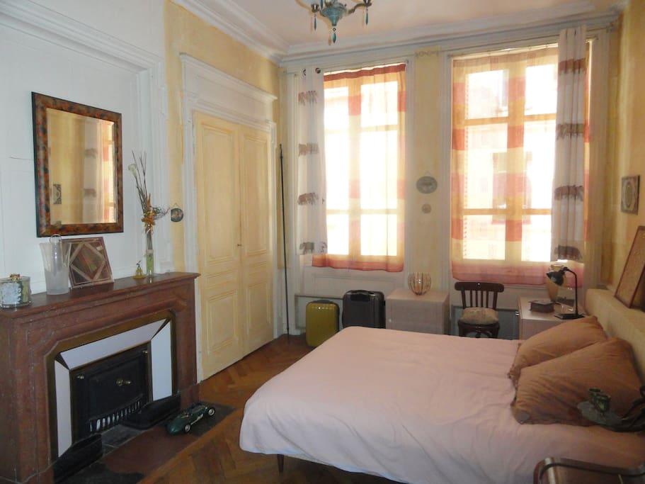 chambre sur cour intérieure, lit 160.