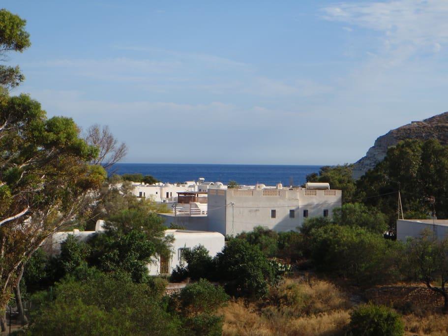 Blick von oberer Terrasse auf Agua Amarga und Meer