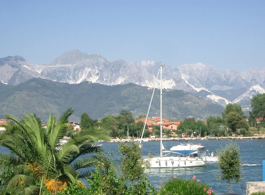 vista sul fiune Magra e sulle Alpi Apuane