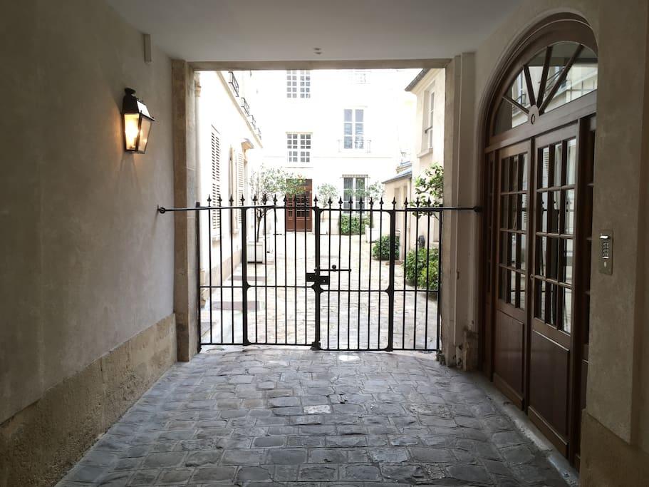 l'entrée de l'immeuble: le studio est situé dans l'immeuble au fond de la cour