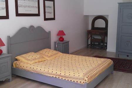 Grande chambre dans mas provencal  - Villa