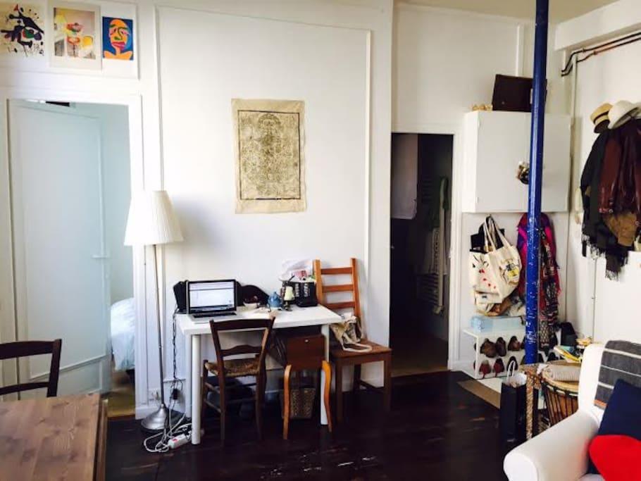 Living space (desk+entrance)/Espace vie (bureau+entrée)