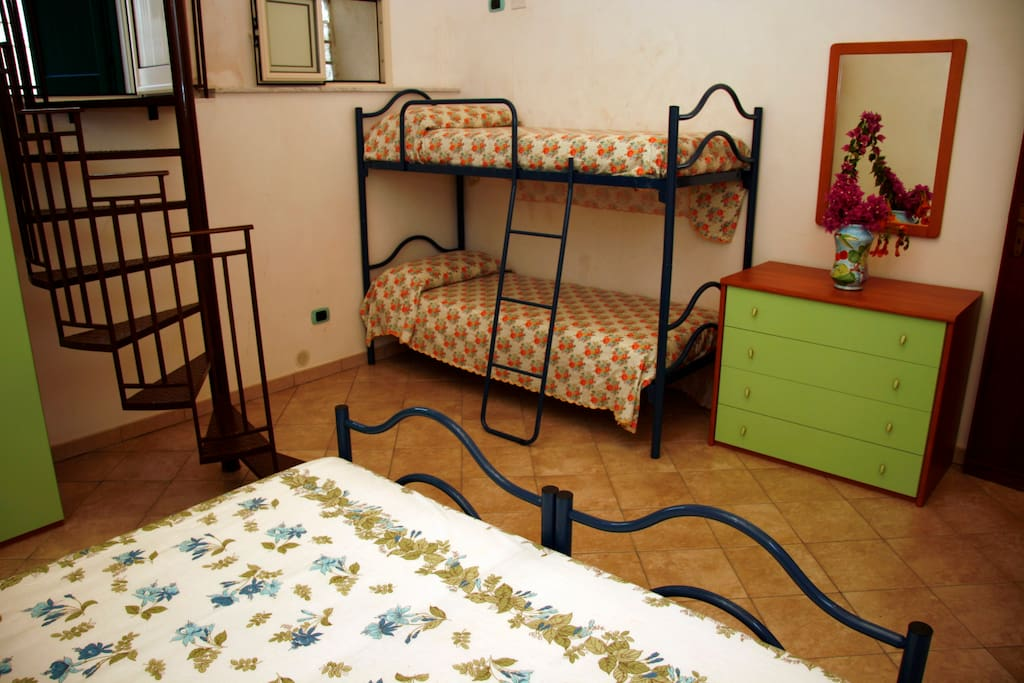 camera matrimoniale + 2 posti a castello