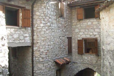 La Casa di Pilato Foce Montemonaco - Montemonaco - House