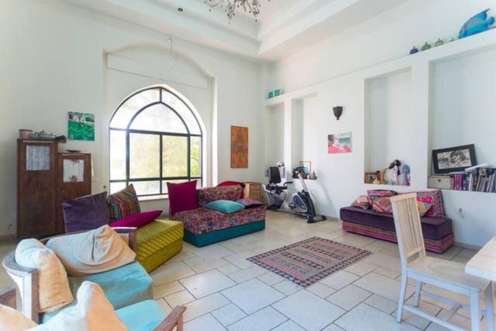 Moderne haus auf gro en hof villen zur miete in hogla for Moderne einzelbetten