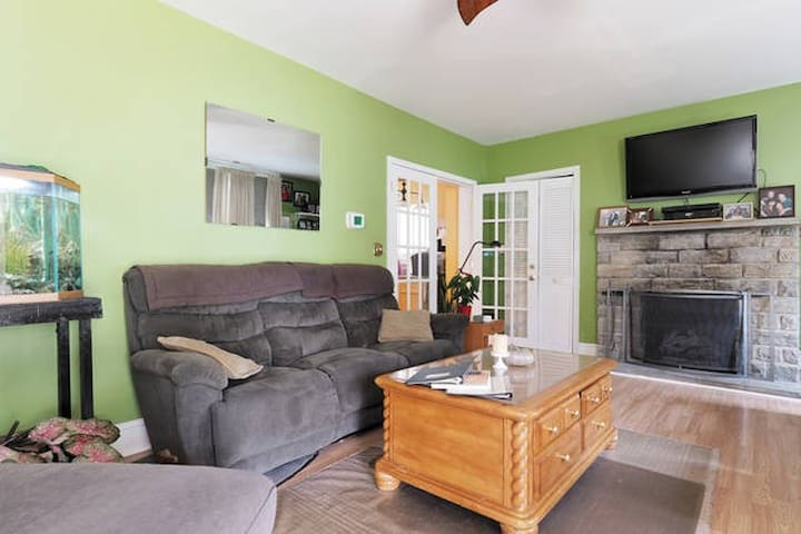 Minutes from Baltimore and BWI --with Breakfast! - Linthicum Heights - House