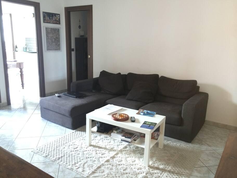 Soggiorno con divano/ Living room with sofa