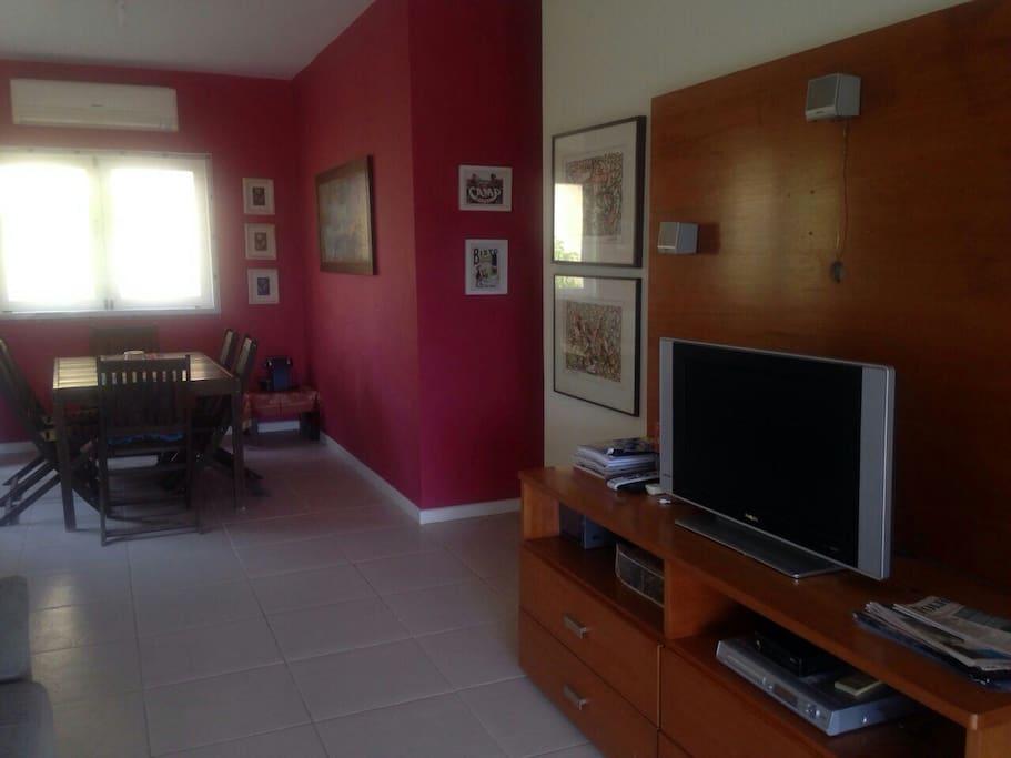 Sala de jantar integrada com a varanda e sala de TV toda equipada.  Ambiente com ar condicionado split.