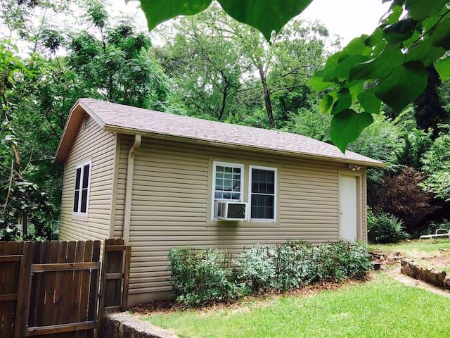 2 Flr Cottage 1.5 miles historic HS - Hot Springs - Leilighet
