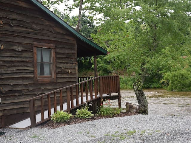 1 EXCLUSIVE DEAL!!! Riverfront cozy cabin w/FP - Sylva - Mökki