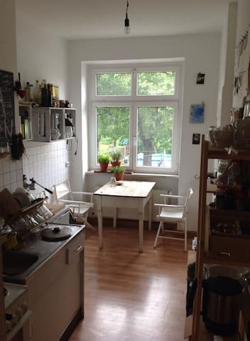 Die helle Küche im Bauhausstil.