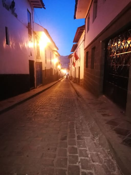 Calle Fierro, barrio tranquilo y seguro, presenta la fachada de todas las casas coloniales.