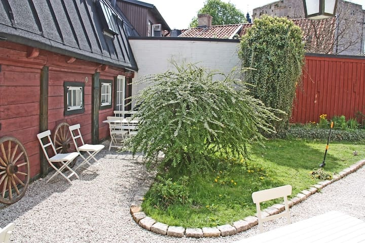 Extraordinary cottage inside Visby - Visby - Huis