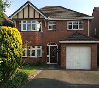 Family home 10 min to city centre - Bed & Breakfast