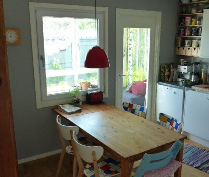 Kitchen table with place for 6 (extra chairs available)