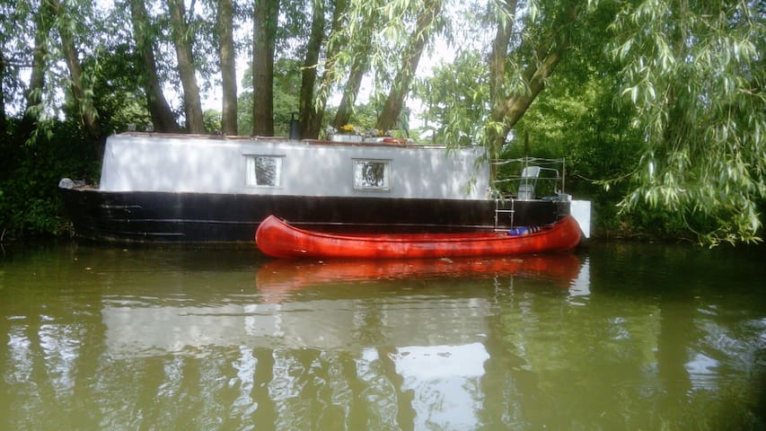 30ft Narrowboat warm safe relaxing space