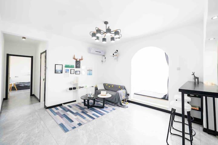 秦皇岛北戴河 灰色空间1801号 观日出眺远海 北欧极简风格 两室一厅80 ㎡