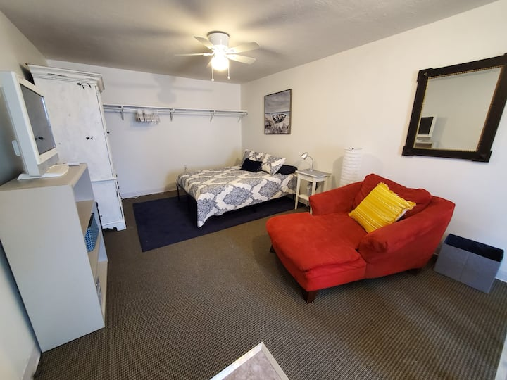 Cute New Studio with Separate Entrance. 30 Day Min