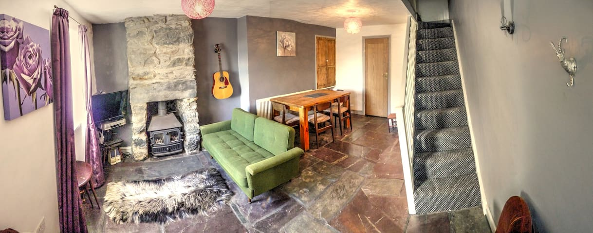 Charming Old North Wales Cottage - Garndolbenmaen - House