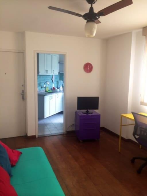 Além do ar-condicionado a sala tem também ventilador de teto e televisão de 22 polegadas.