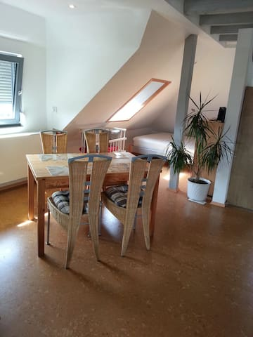 Der Esstisch mit dem 2. Bett im Hintergrund.