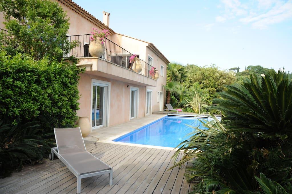 La maison côté piscine et ses chambres en rez de jardin