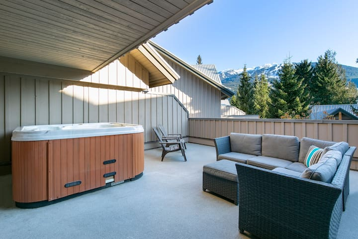 Glaciers Reach this 3br and den home has a hot tub & pool in Whistler Village