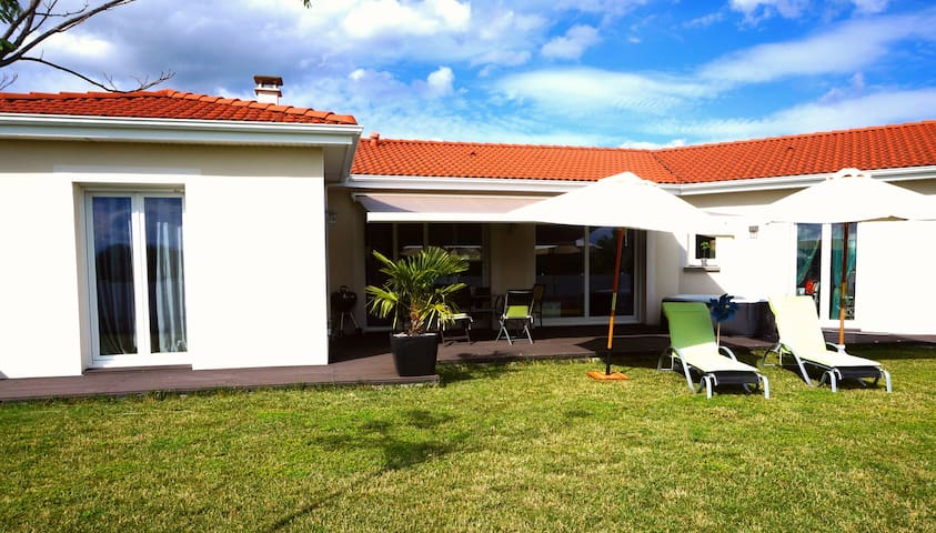 villa récente, familiale avec spa - Mezel - House