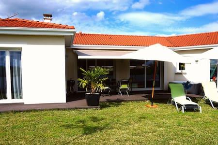 villa récente, familiale avec spa - Mezel - Huis