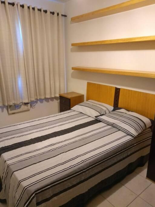 dormitório com cama  casal tamanho normal, armário 4portas, ar condicionado ,ventilador de teto