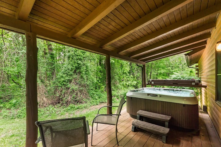 Nestled in the trees, 1/2 mile from Old Man's Cave State Park - Pine Grove Cabin - Cedar Grove Lodging and Events