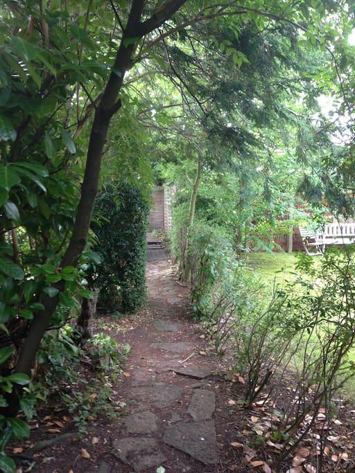 Dette billede viser stien ned til den private have
