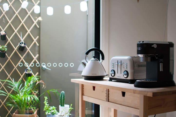 Kitchen island with coffeemachine