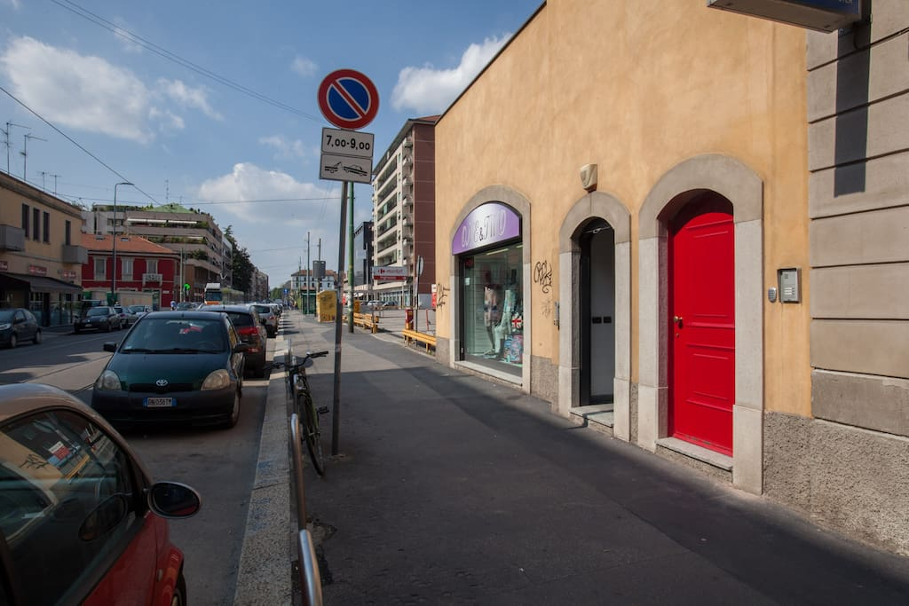 Questo portoncino rosso è l'ingresso di Ekoliving, 20 metri a sinistra del civico 187 di via Ripamonti