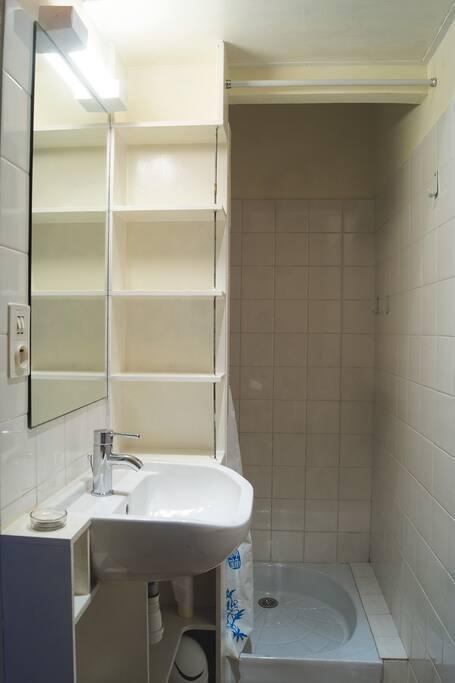 Douche et toilettes.