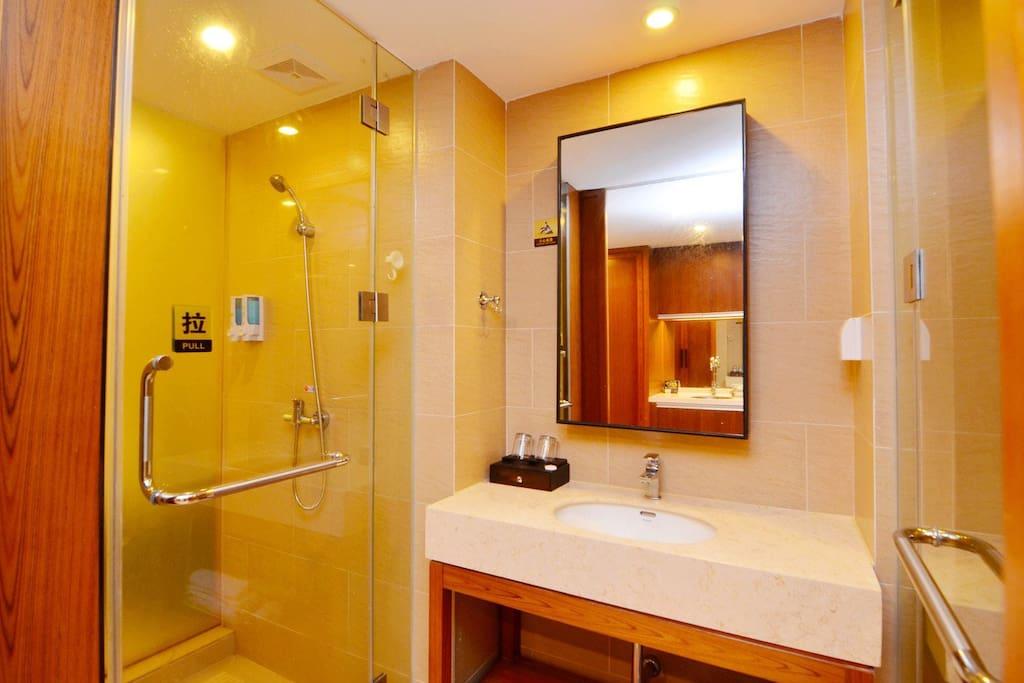 浴室和洗手间,干湿分离,即热式热水器,24小时热水供应