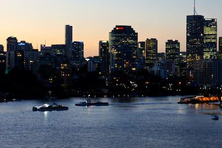 New listing - Special rates - East Brisbane - Διαμέρισμα