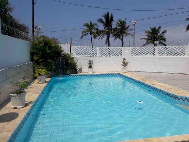 Casa beira mar com piscina para até 22 pessoas