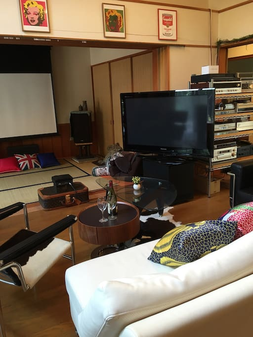 50 inch TV and 100 inch screens are connected with DVDs and 10 speakers. You can bring your own CDs and/ or DVDs with red wine !  There are also TVs and DVD in each bed rooms.