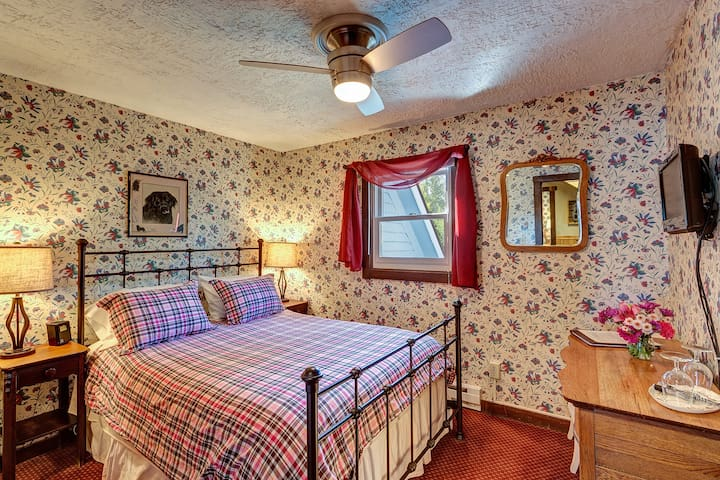 Cozy Queen bed with bathroom downtown & Breakfast