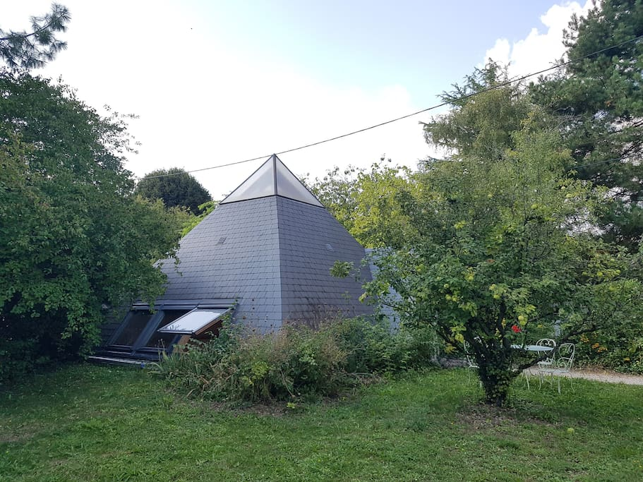 pyramide vue du jardin