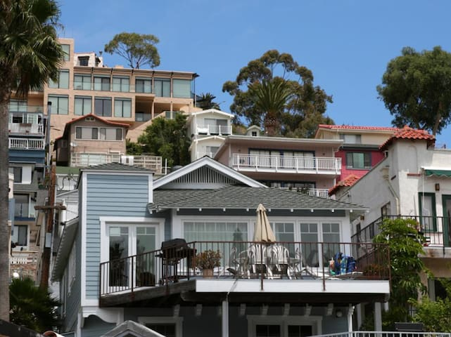 Sunny Catalina Beach House, Great Deck, BBQ, Short Walk to Downtown - 116 Maiden Lane