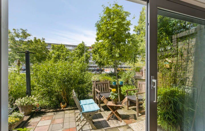 Apartment with garden next to Amsterdam