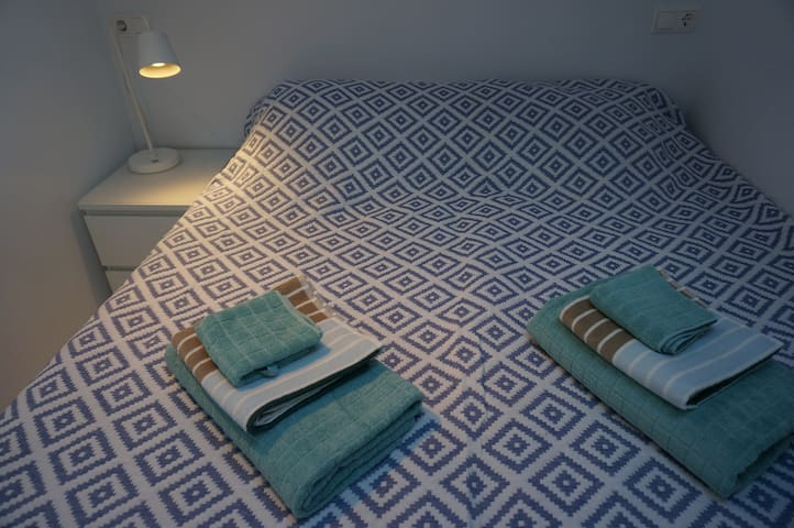 Bedroom 1: Double bed that can be 2 single beds