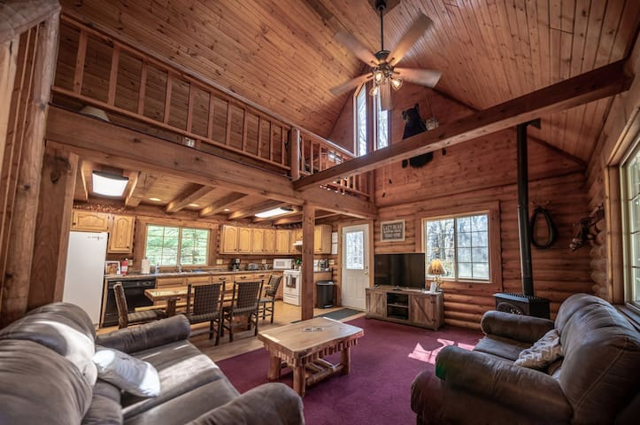 LAZY BEAR LODGE-Luxury Living 10 min from Dells