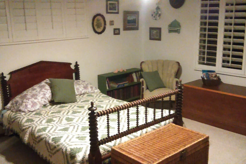 The suite has a queen size platform bed, nice decorations with a garden theme.  Ceiling fan.