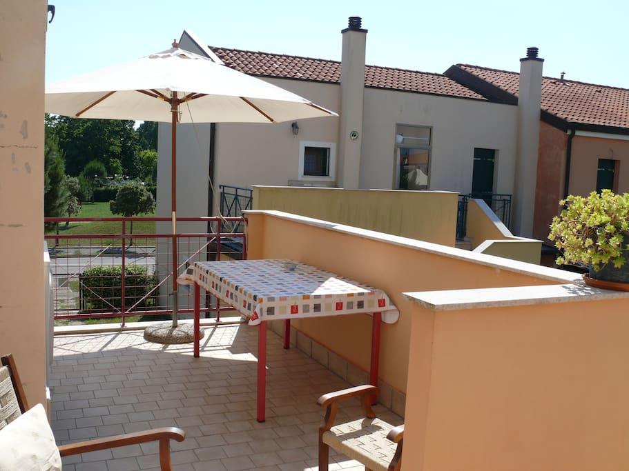 parte del terrazzo dove mangiare e gustare una bellissima vista su giardino e piscina
